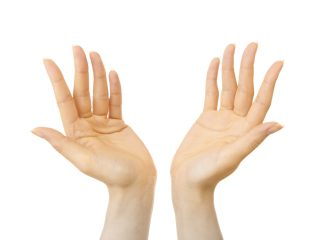 手が黄色なら可能性アリ!生理前に不調が襲う人の特徴と対策