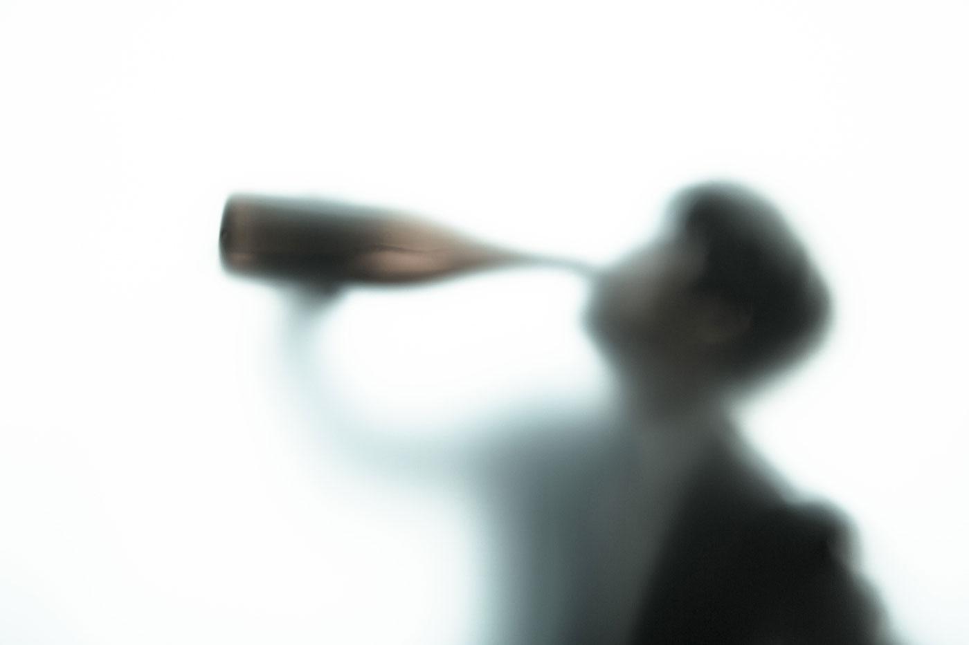 心理的ストレスと飲酒量の増加が原因?