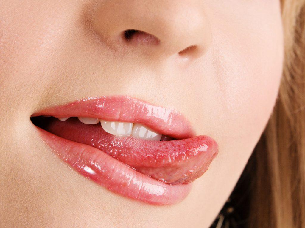 唇に悪影響を及ぼすありがちな習慣─唇を舐める