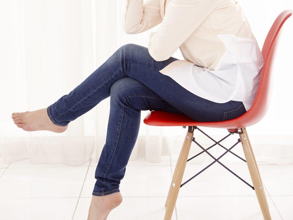 尿漏れ、足を組んで座るのはNG?