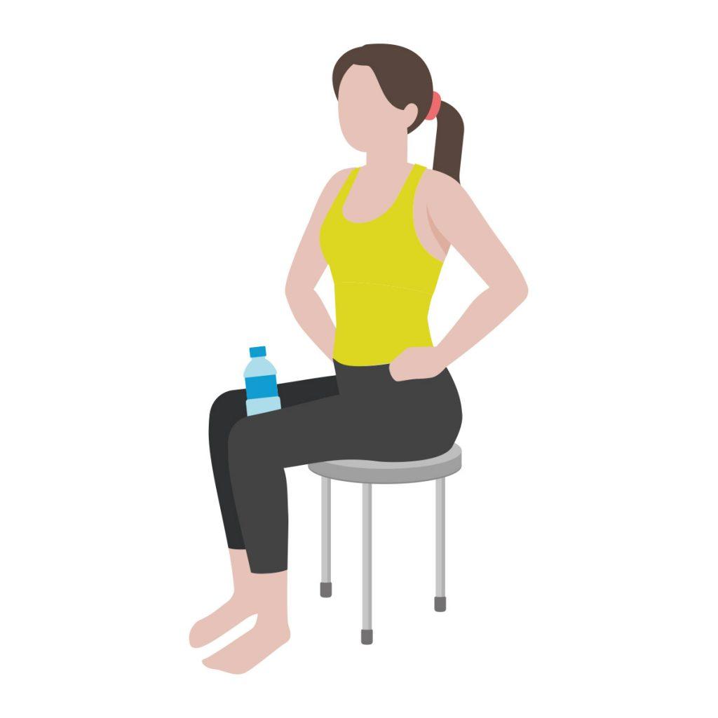 尿漏れ対策エクササイズ(2)膝と膝の間にペットボトルを挟んで座る