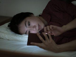 """その不眠症は""""テクノストレス症候群""""かも!寝る前スマホはNG"""