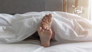 夜に足がムズムズ…その不快感、むずむず脚症候群かも