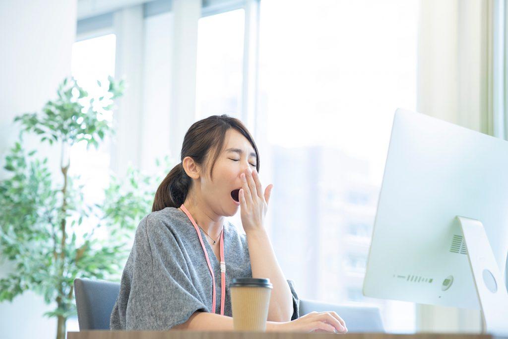 昼間に感じる眠気の原因は?
